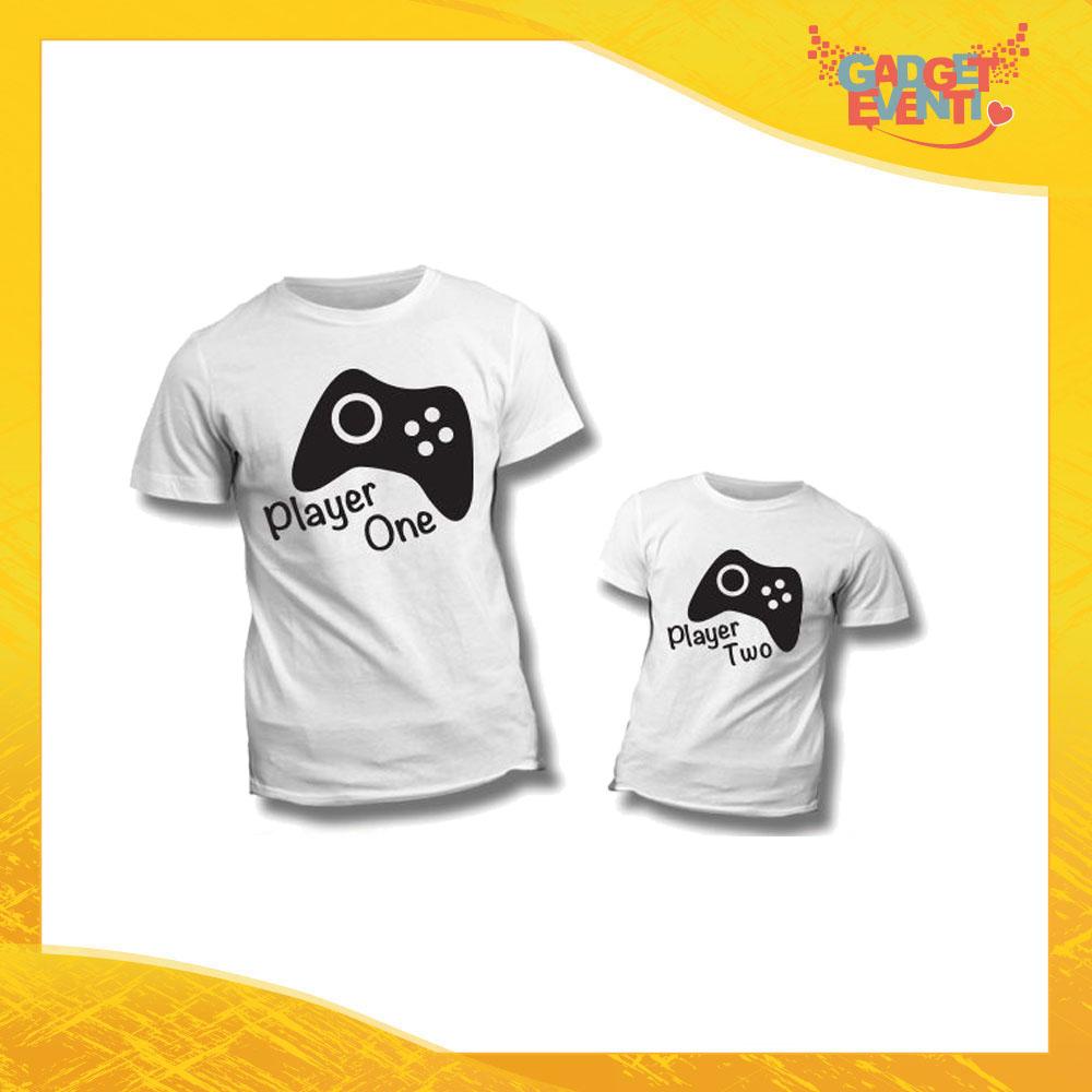 """Coppia di T-Shirt Bianche """"Player One Two"""" Maglietta Padre Figlio Maglia Idea Regalo Festa del Papà Gadget Eventi"""