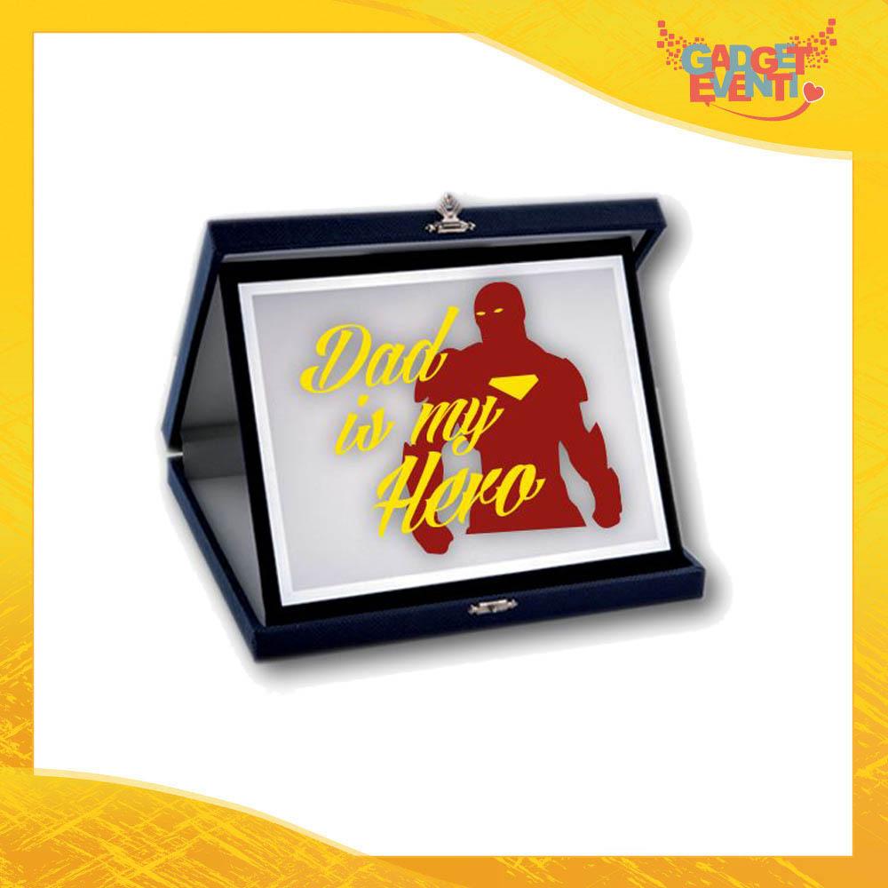 """Targa Decorativa """"Dad is My Hero Red"""" Idea Regalo Festa del Papà Gadget Eventi"""