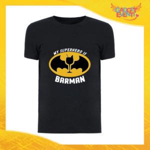 """T-Shirt Uomo Nera """"My Superhero is Barman"""" Maglia Maglietta Maschile Idea Regalo Divertente per un Ragazzo Gadget Eventi"""