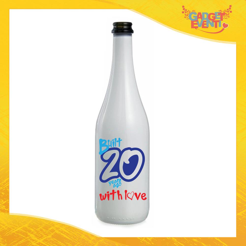 """Bottiglia da Vino Personalizzata """"Built With Love"""" Grafica Azzurra Bottiglie per Compleanni Idea Regalo Originale per Feste di Compleanno Gadget Eventi"""