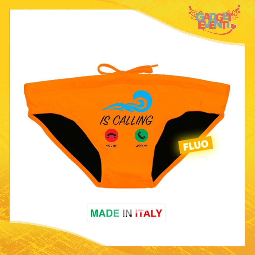 """Costume da Uomo Arancione Fluo """"Is Calling"""" Slip Maschile Articolo Estivo per il Mare Gadget Eventi"""