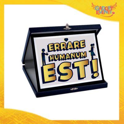 """Targa Uomo Personalizzata """"Errare Humanum Est"""", Cofanetto per Addii al Celibato Idea Regalo Gadget Eventi"""