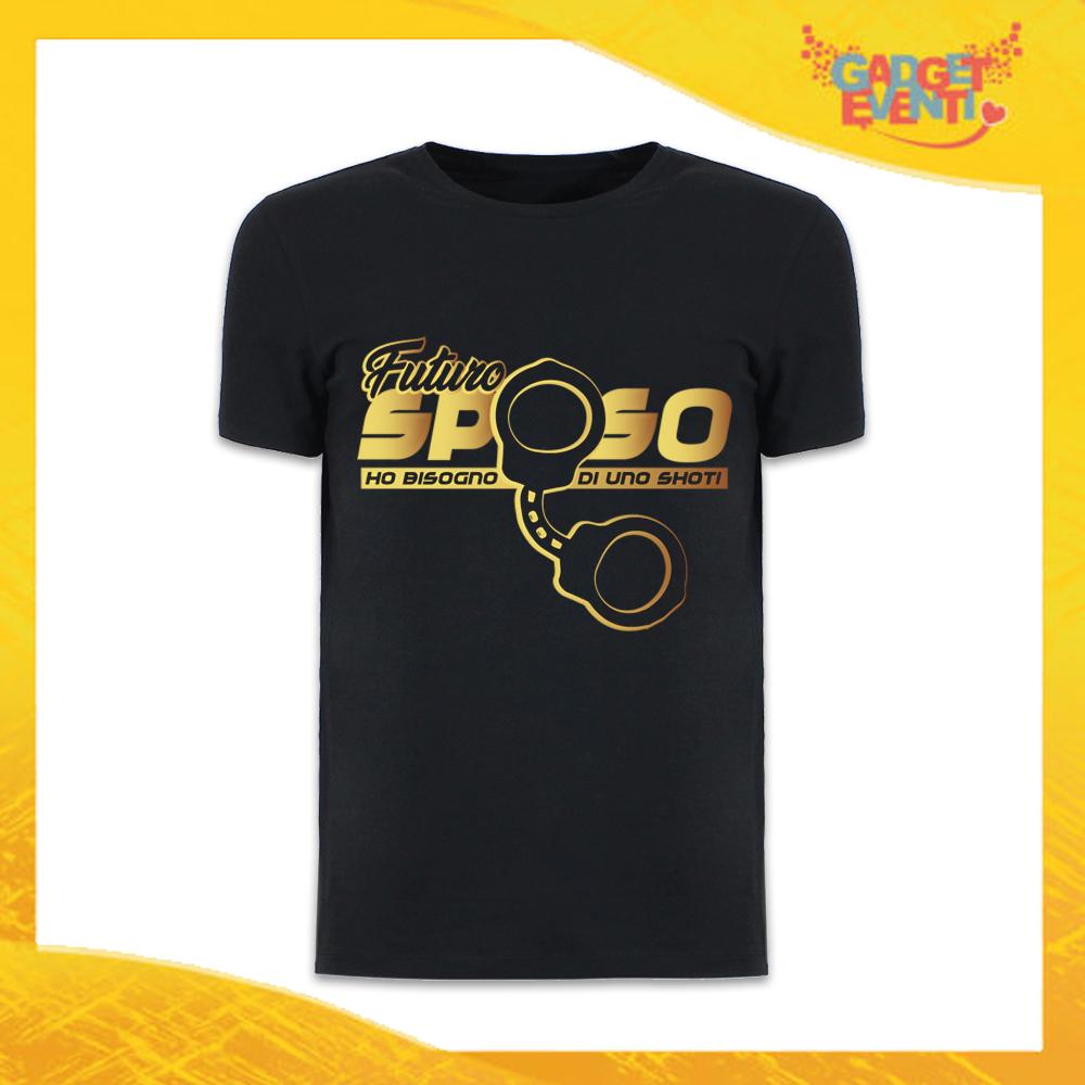 """T-Shirt Uomo Nera Addio al Celibato Maglietta """"Ho Bisogno di uno Shot"""" Gadget Eventi"""